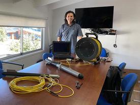 Felipe Ochoa, fundador de Pulsar Ingeniería junto a los sonares de barrido acústico. Foto: Cedida.