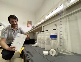 Luis Gonzalez, Investigador NIVA Chile, mostrando la Sampling Box y el manual de uso. Foto: NIVA Chile.
