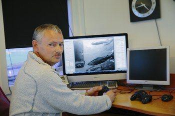 Nils Tore Karstensen, daglig leder i E. Karstensen forteller at de bruker rensefisk og laser for å få bukt med lusen. Foto: Marius Fiskum