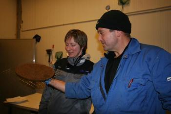 Driftsleder Kjartan Wiik med kollega Ann Kristin i Svelgen, Sogn og Fjordane. Foto: Steinvik rensefisk