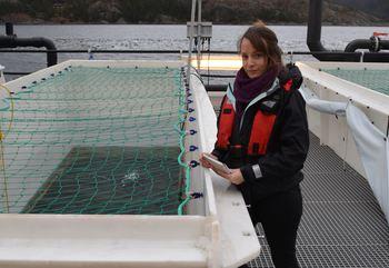 Zoolog og vitenskapelig rådgiver i Dyrevernalliansen, Susanna Lybæk er ofte ute på merdkanten og sier samarbeidet med oppdretterne er blitt bedre. Foto: Dyrevernalliansen.