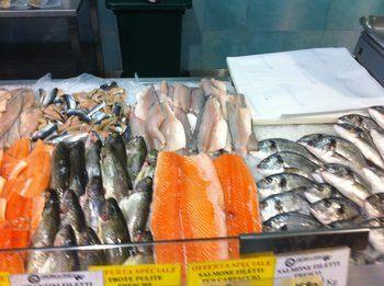 Norsk laks i fiskedisk i Italia. Foto: Norges Sjømatråd