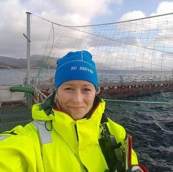 Sissel Kråkås er kvalitetsleder i Sulefisk. Hun sier fisken i Ecomerden er robust og har hatt lite sykdom, men de har møtt på noen utfordringer. Foto: Privat.