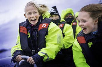 Turister og skoleelever får ett innblikk i hverdagen på merdkanten på visningssenteret til Bjørøya som arrangerer turer hele året. Foto: Bjørøya.