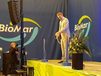 Roy Angelvik klippet snoren under åpningen av Biomar sin Linje 3 ved fabrikken på Karmøy. Foto: Gustav-Erik Blaalid..