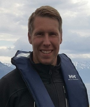 Kasper Tangen var ofte ute i arbeid på merdkanten i hans tidligere jobber, noe han vil fortsette med i CageEye. Foto: privat.