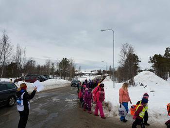Det var et stort inntog av skoleelver under NM på ski i Alta fredag. Hele 2000 barn skulle opp på stadion å følge med skiheltene sine. De fikk også anledning til å smake på en litt annerledes fredags taco, ettersom oppdrettsselskapene delte ut laksetaco i bøtter å spann. Foto: Roger Pedersen/Grieg Seafood Finnmark.