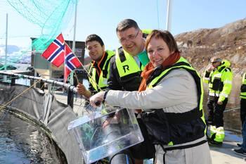 Stortingspolitikere Margunn Ebbesen (H) og Kjell-Børge Freiberg (Frp) kom med gode nyheter til AkvaDesign under offisiell åpning av nytt