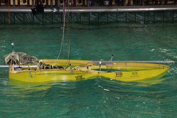 Her testets ØyMerd i maksbølger i Sintef sine testlokaler ved Maritek. Slike tester mener Morefish kan være fordelsmessige. Foto: Astafjord Ocean Salmon.
