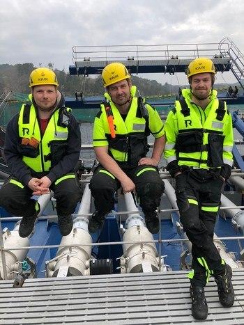 Disse tre stramme karene jobber for Haugland Shipping. Fra venstre ser du styrmann, skipper og daglig leder som har vært med å teste ut verdens største avluser på lokalitet i Sunnhordland. Foto: Aquatiq.