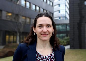 Adele Mennerat, forsker i evolusjonær biologi ved Institutt for biovitenskap hos Universitetet i Bergen (UiB). Foto: UiB.