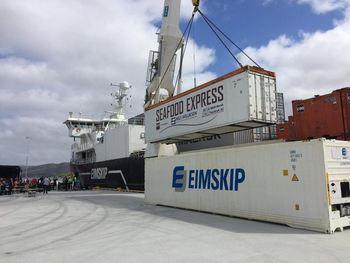 Her lastes den første containeren med sjømat ombord fra Kråkøya Kysthavn i Rørvik. - Godsoverføring fra vei til sjø er et godt klima- og miljøtiltak, sier Bellonas Jan Kjetil Paulsen. Foto: Bellona.