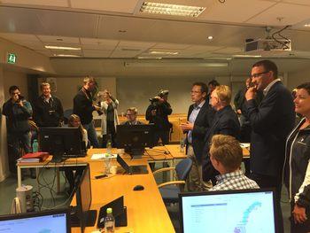 Med pressen på slep kunne  avdelingsdirektør i Nærings- og fiskeridepartementet, Martin Bryde,  fortelle ministeren at auksjonene er åpnet, men ellers ville han ikke gi noen flere detaljer.