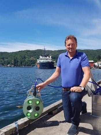 Daglig leder Svein Kenneth Krossli klar for å sette ut biomassemåleren i sjø. Foto: privat.