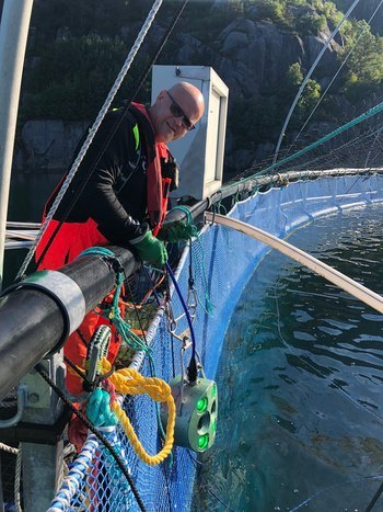 Driftsansvarlig Roy Tesdal i Marine Harvest, er svært fornøyd med  biomassemåleren, som han mener hjelper de å ha god oversikt på slaktevekten til fisken blant annet. Foto: Marine Harvest.