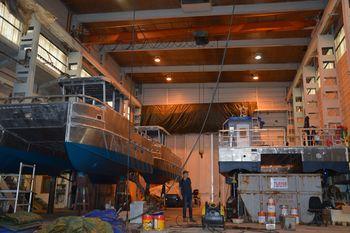 Fire oppdrettsfartøy er under utrusting i Rosendal i desse dagar, to av desse skal til Tombre fiskeanlegg og to til Firda Seafood. Foto: Therese Soltveit.