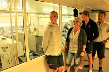 Far Tore Lundberg t.h og datter Hanne Lundberg t.v i familieselskapet Gratanglaks sier at det burde være god plass til flere lokaliteter i norske farvann. Her er de avbildet med resten av familien. Foto: Sigbjørn Larsen.