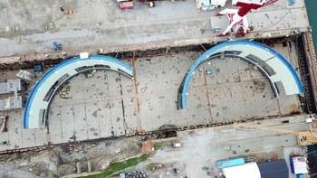 Dronefoto av byggingen av den første av totalt fire «Aquatraz»-merder. Foto: Fosen Yard AS.