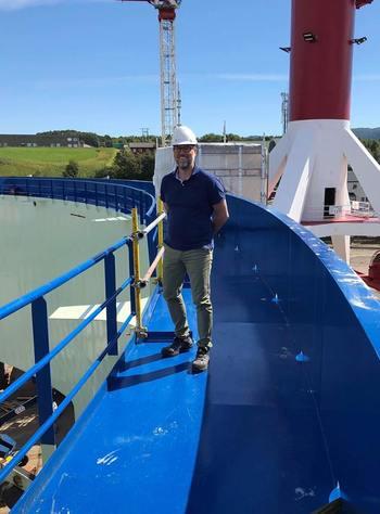 Her er den første Aquatraz merden halvdelen satt ferdig sammen, og prosjektleder Steingrim Holm er på inspeksjon på Fosen Yard. Foto: Midt-Norsk havbruk Produksjon AS.