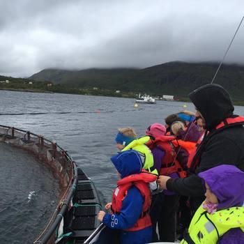 Her er en barnehage på besøk hos Akvakultur i Vesterålen. Foto: Privat.