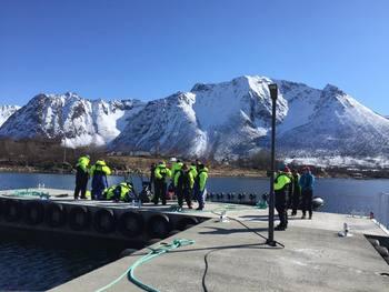 Turister gjør seg klar for en tur ut å se på den norske laksen. Foto: Privat.