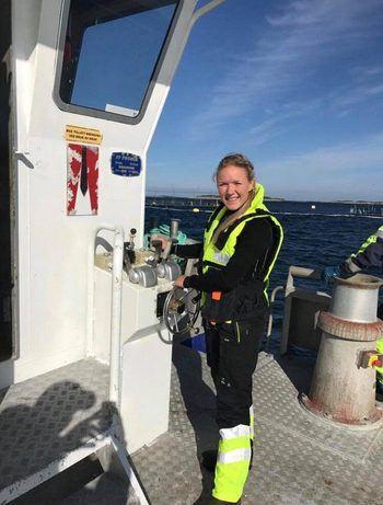 21-åringen fra Frøya har svært sansen for å jobbe utendørs og liker godt å kjøre båt på jobb. Foto: Privat.