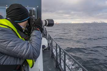 Vegards jobb består av å være kontaktpunkt for media og offentligheten. Her ser du han fotograferer, ettersom en av oppgavene hans er å håndtere multimedia og publisere saker på sosiale medier. Klikk for større bilde. Foto: Fiskeridirektoratet.