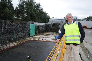 Administrerende direktør for Bergen Group Torgeir Nærø, viser frem den 88 meter store tørrdokken der de fremover vil bygge alt fra betongmerder til fôrflåter og lektere. For øyeblikket er det en fôr og serviceflåte som er under bygging. Foto: Pål Mugaas Jensen/Kyst.no