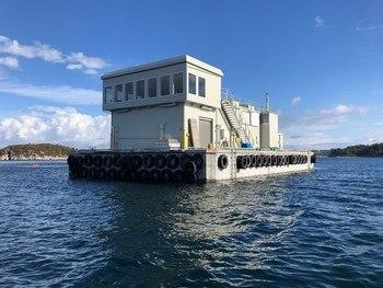 Her ser du et bilde av den nyeste betongflåten til selskapet som tilhører lokaliteten Drøno. Den ble overlevert til i september i fjor og produsert av Backe Bergen. Den er 27 meter lang,17 meter bred og har en nyttelast på 500 tonn. Foto: Troland Lakseoppdrett AS.