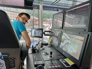 Mannskapet på «Volt Processor» har alt det nyeste innen teknologi, og det er en flust av muligheter for måling og overvåking på broen. Foto: Ole Andreas Drønen/Kyst.no