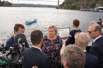 Statsminister Erna Solberg var tilstede under kontraktssigneringen. Foto: Kongsberg Maritime