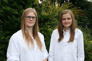 De to studentene Malin Hoem Storholt (t.v.) og Katrine Ranvik Ranvik Tysse (t.h.) har forsket på blåskjellenes evne til å fjerne lakseluslarver.