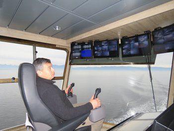 Patricio Saavedra en la sala de monitoreo del wellboat. Imagen: Salmonexpert.