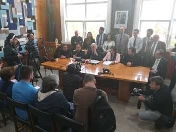 Autoridades explicaron el proceso de vaciamiento de la carga del Seikongen. Imagen: Intendencia.
