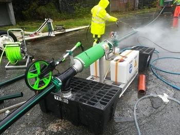 Vasking av fôrslanger. Her fra Eide Fjordbruk sin lokasjon. Klikk for større bilde. Foto: Tess.