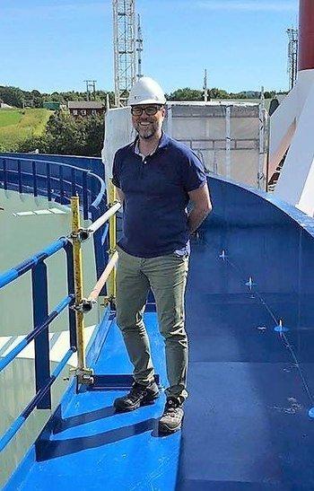 Steingrim Holm, prosjektleder for utviklingskonseptet Aquatraz, i Midt-Norsk Havbruk her avbildet på den første Aquatraz merden. Foto: Midt-Norsk Havbruk