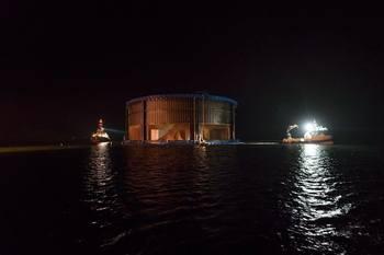 Natt til fredag i forrige ukekomAquatraz-merden på plass på lokaliteten Eiterfjorden i Nærøy kommune. Foto: Midt-Norsk Havbruk.