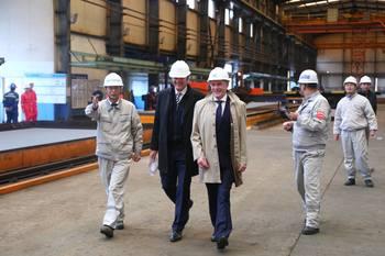 Vice Precident Tang Shengtao i CIMC Raffles viser Johann Melsted (DNV GL) og Roger Mosand (Nordlaks) inn til stålkutteseremonien. Klikk for større bilde. Foto: Nordlaks.
