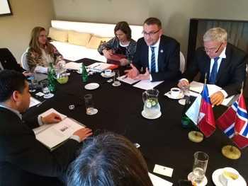 El subsecretario Eduardo Riquelme, en reunión con el viceministro de Comercio, Industria y Pesca de Noruega, Roy Angelvik. Foto: Subpesca.