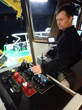 Skipper Espen Drivenes betjener taulåsen fra styrehuset. Foto: MB Hydraulikk.