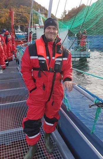 Rune Wilhelmsen, leder for Telenors satsning Smart havbruk her på besøk hos Cermaqs nye lukkede merd i Horsvågen. Foto: Telenor.