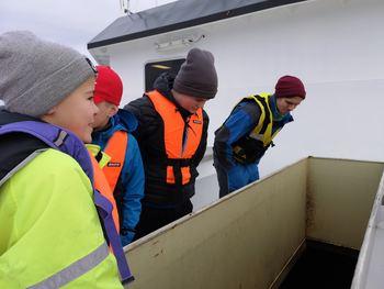 - Det lukter litt sau, skyter en av elevene inn mens de får ta en kikk i siloene. I hver av disse siloene er det plass til 50 tonn fôr. Foto: Ole Andreas Drønen.