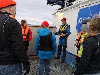 Det er skjerpede ører blant elevene mens Bjørn-Magne forklarer prosessen når fôrbåtene skal levere til dem. Foto: Ole Andreas Drønen/Kyst.no.
