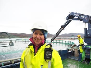 Berit Seljestokken, fiskehelseansvarlig i Grieg Seafood Finnmark sier de har unngått flere avlusinger takket være rensefisken. Klikk for større bilde. Foto: GSF.