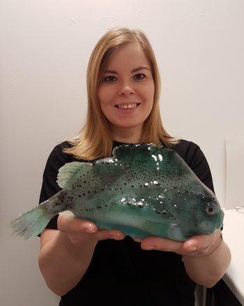 - Koordinator for grønn drift, Tonje Cecilie Urskog er en av Grieg Seafood Finnmark sine meget dedikerte medarbeidere, og er blant annet initiativtaker til transportsystemet vårt for rognkjeks, forteller Berit Seljestokken. Klikk for større bilde. Foto: GSF.