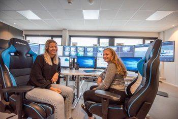Når den nye flåten settes i drift neste høst, vil fem lokaliteter være koblet til Bjørøyas fjernfôringssentral i Flatanger. Fjernfôringssentralen, som har vært operativ i to år, har gjort selskapet i stand til å effektivisere fôringen. På bildet ser vi sommervikarene Connie Aakervik og Astrid Vedvik Havstein bak spakene. Klikk for større bilde. Foto: Ole Martin Dahle/Bjørøya AS.
