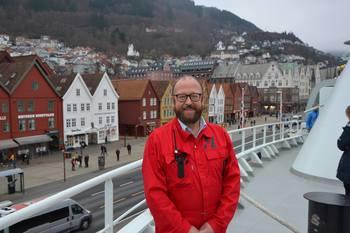 Carl-Erik Arnesen sier han er kjempefornøyd med at så mange har tatt turen innom åpen dag på Norwegian Gannet og har selv hatt mange omvisninger denne dagen. Foto: Therese Soltveit/Kyst.no.