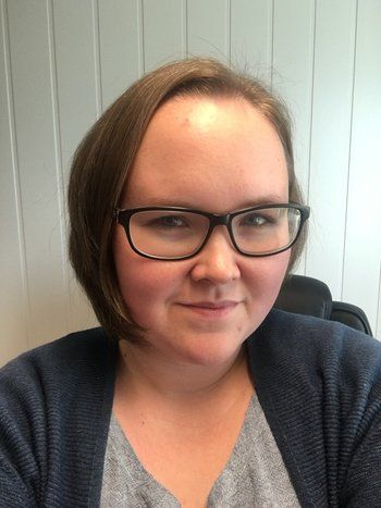 Maria Sørøy, kvalitetssjef i Smøla klekkeri og settefisk sier hun liker at jobben hennes er så variert og trives godt. Foto: privat.