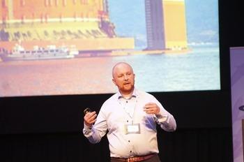 Thomas Myre snakket under Tekmar om det nye brønnbåtdesignet deres. Klikk for større bilde. Foto. Pål Mugaas Jensen/Kyst.no.