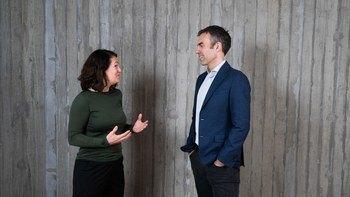 Kari Attramadal er ansatt som ny FoU-leder i Nofitech og skal jobbe tett sammen med CEO Robert Hundstad. Her diskuterer de ett av deres nye prosjekter. Foto: Nofitech.